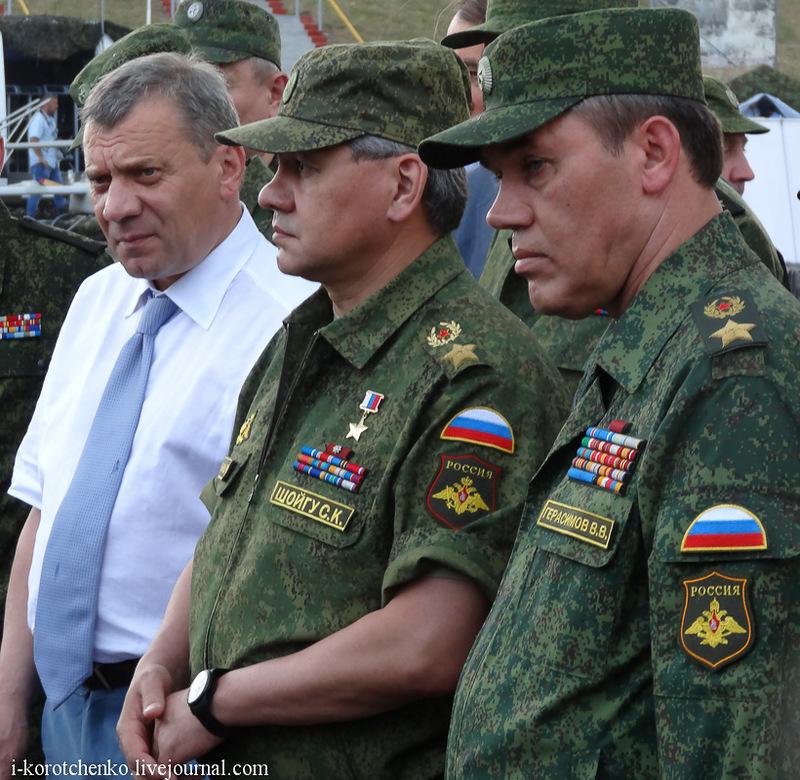 Министр обороны РФ Шойгу и НГШ Герасимов на показе техники в Алабино