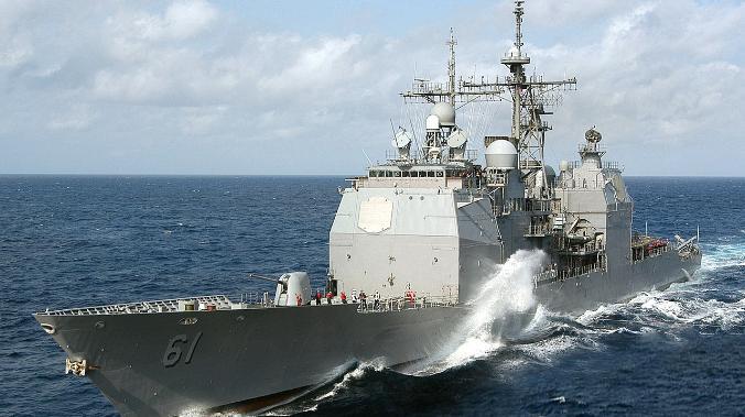 Ракетный крейсер США USS Monterey заходит в Черное море
