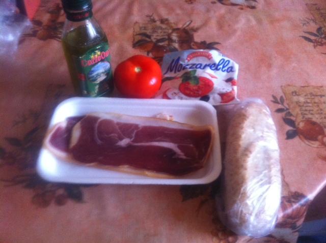 оливковое масло, моцарелла, помидор, хамон, багет
