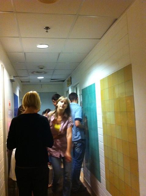 Порно одну по очереди в туалете клуба толстых неграми фото