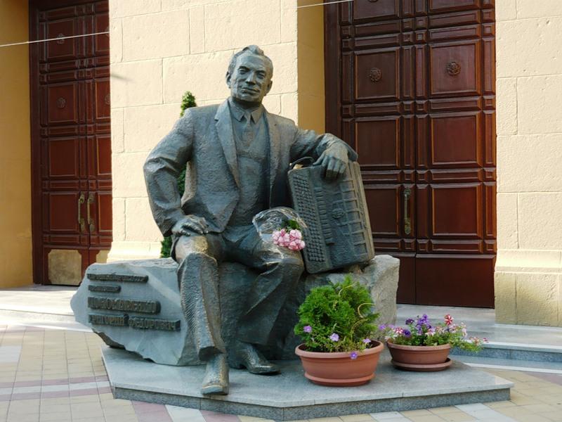 Памятник Г.Ф.Пономаренко у Краснодарской филармонии (скульптор О.Яковлева, архитектор Ю.Субботин)