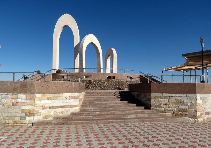 """Монумент """"Три колодца"""", Учкудук. © Илья Буяновский, 2016. Фото из поста https://varandej.livejournal.com/836379.html"""