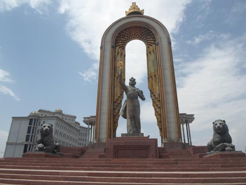 Памятник эмиру Исмаилу Самани — основателю и первому правителю государства таджиков (государство Саманидов), площадь Дусти, Душанбе