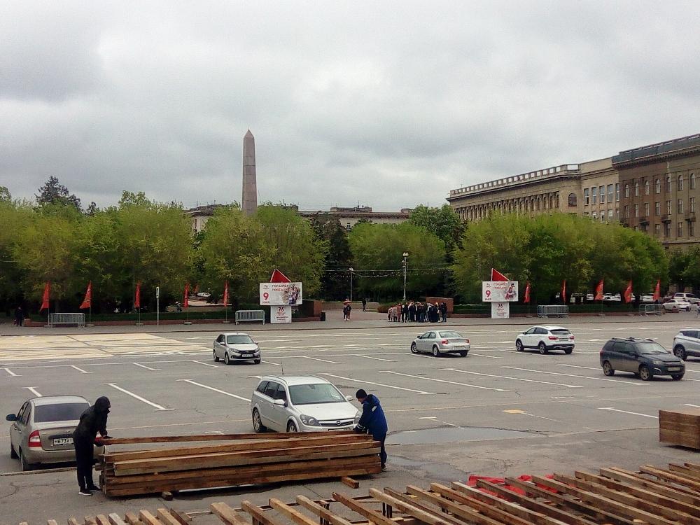 Площадь Павших борцов, на ней как раз разбирали трибуны после парада