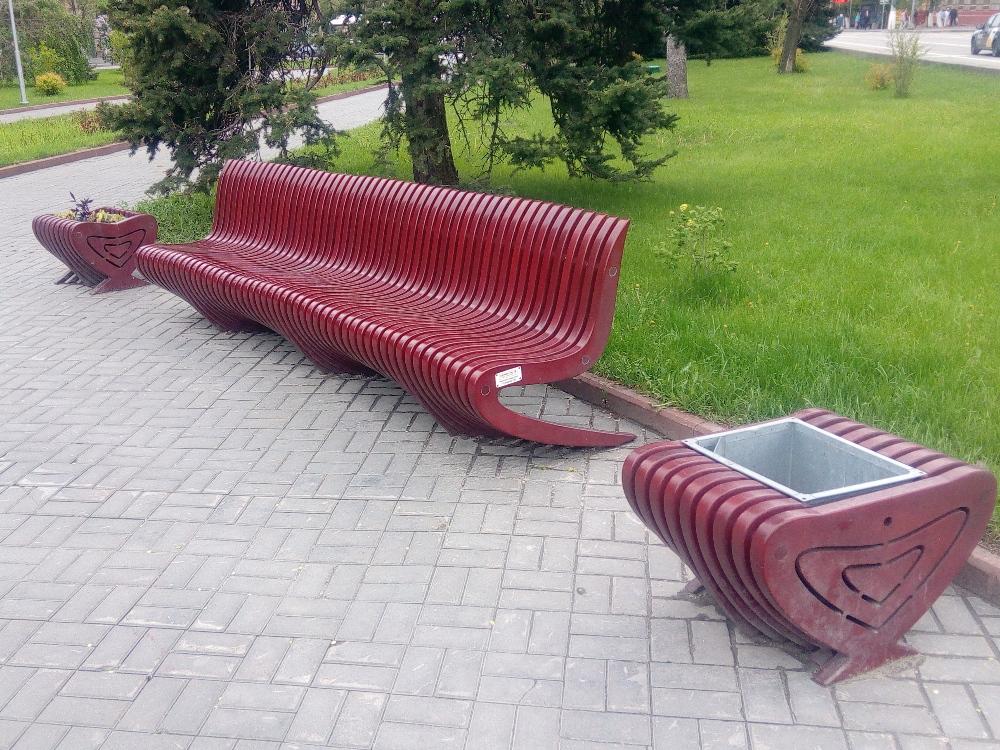 На бульваре посередине проспекта Ленина теперь вот такие лавочки, установили к ЧМ, видимо