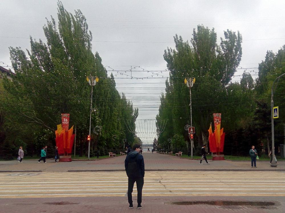 Аллея Героев, вид с проспекта Ленина, вдали Волга
