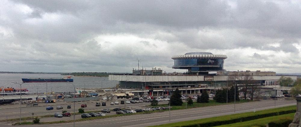 Собственно сам речной вокзал — по словам Алексея, на тот момент самый длинный речной вокзал Европы. Сейчас скорее торгово-офисный комплекс.