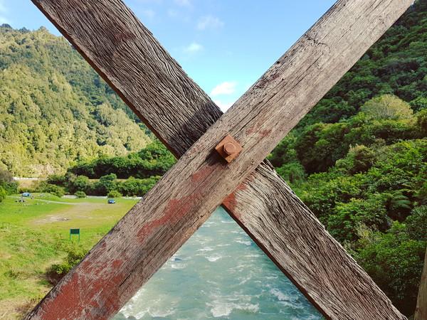 Река, небо, лес и горы за старым мостом