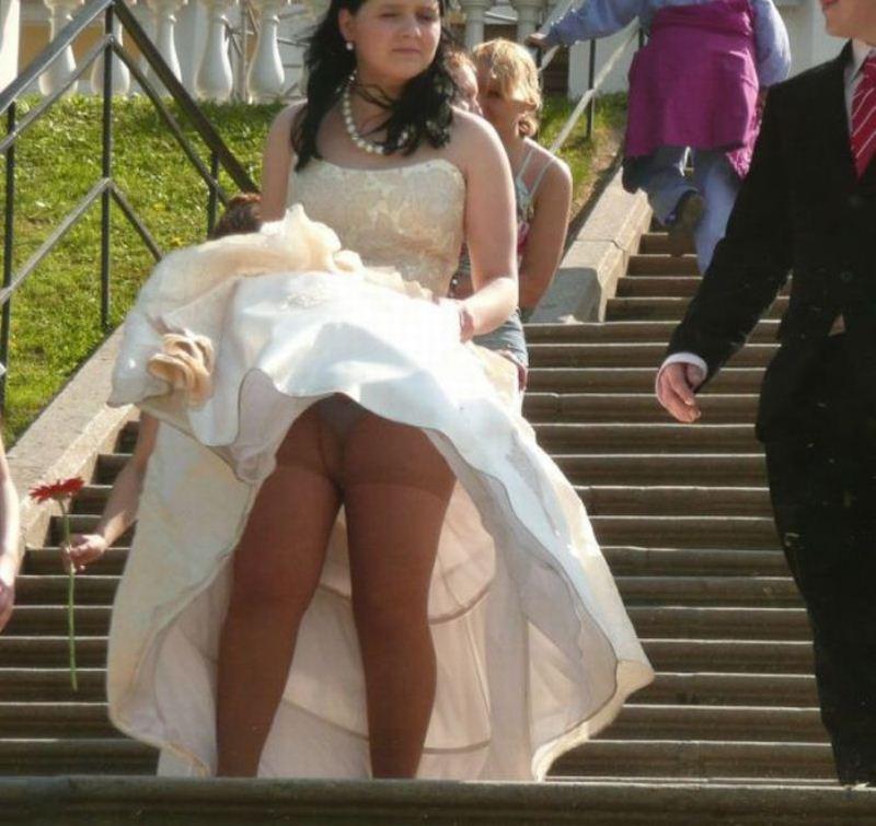 У жены и тещи под юбкой на улице фото