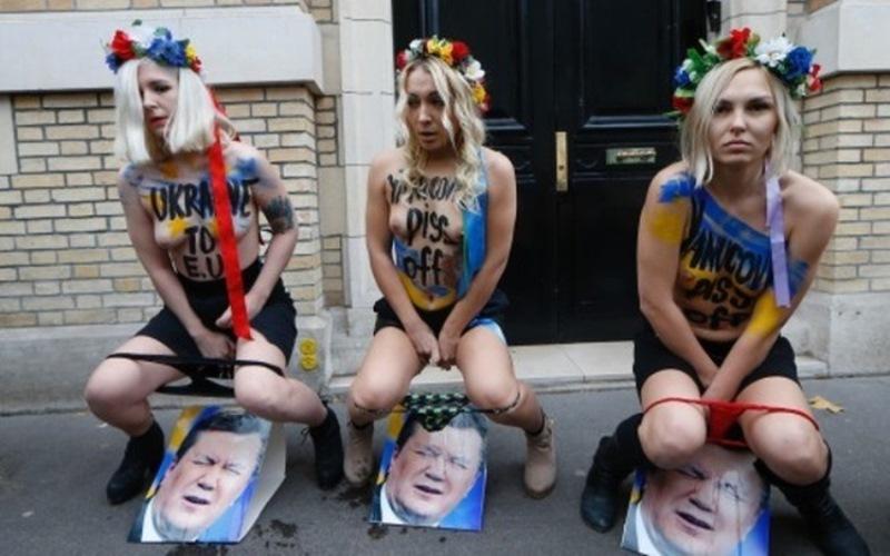 Femen помочились на портрет президента Украины