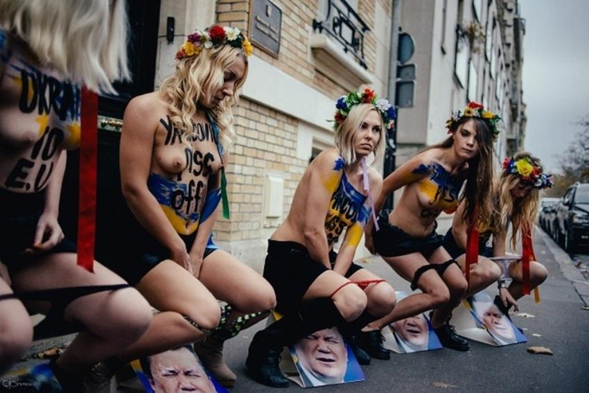 громко девушка голые на майдане фото стирать