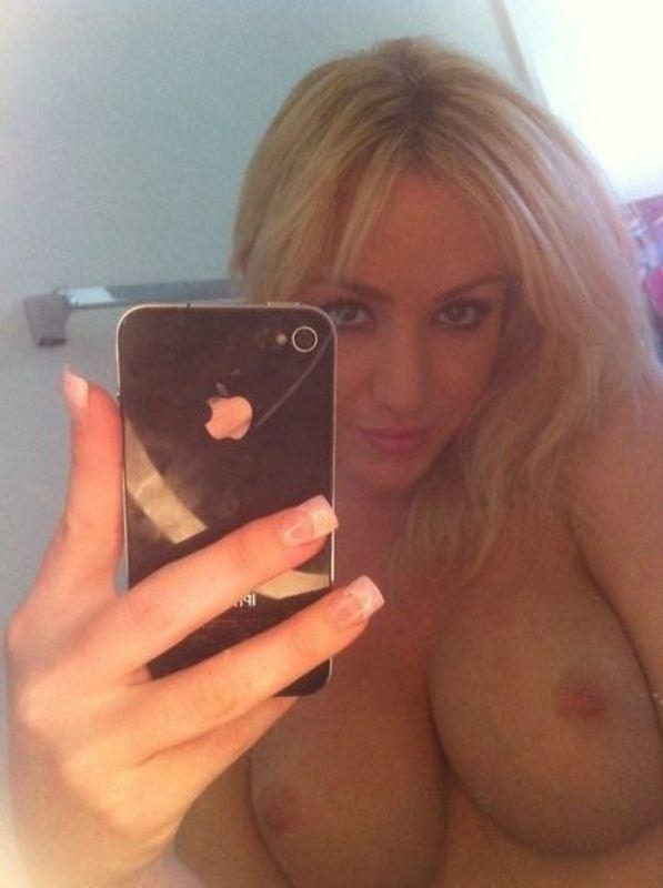 девушки себя фотографируют перед зеркалом грудь