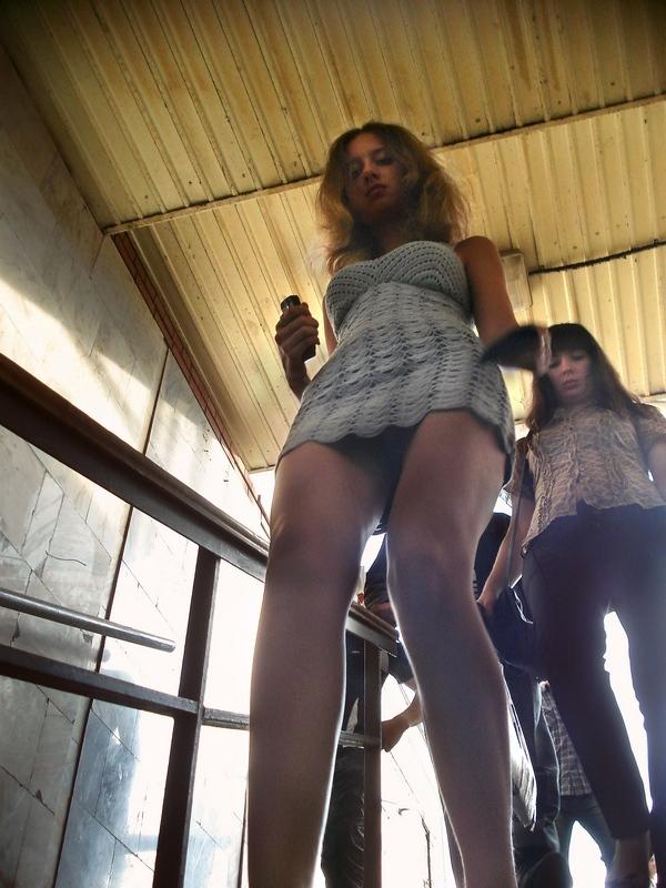Легкий ветерок и девушки в мини юбках (29 фото) .