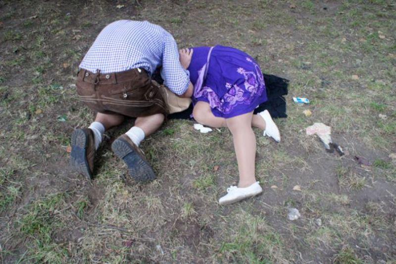 Писающие женщины скрытой камерой на пивных фестивалях