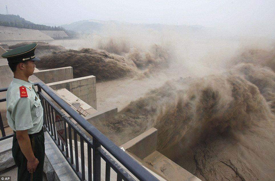 Самая большая плотина - Три Ущелья в Китае
