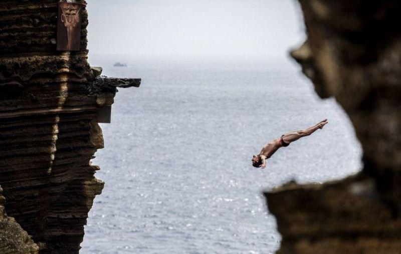 Разбежавшись прыгнуть со скалы!