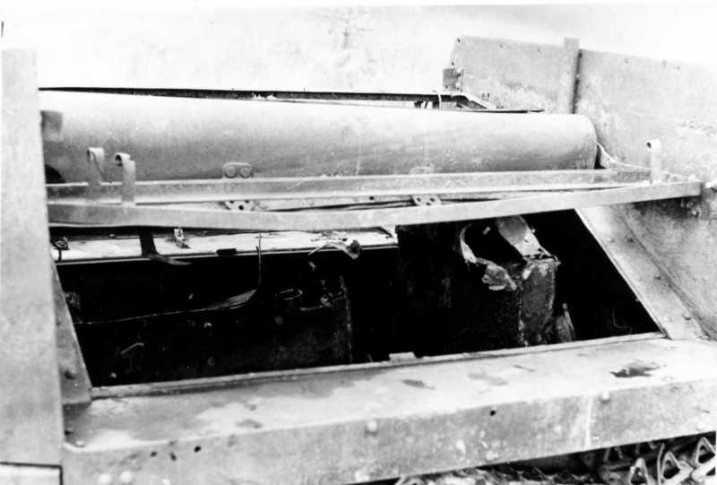12. Вид на моторный отсек. Виден радиатор и останки бака