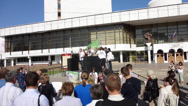 Митинг посетили оба официально на сегодняшний день объявленных кандидата в мэры. Выступает один из них - Роман Хабаров