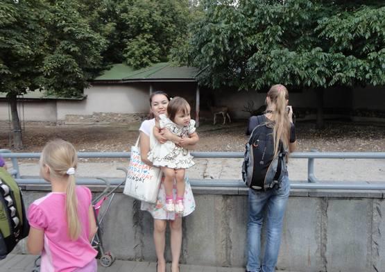 девочки в зоопарке