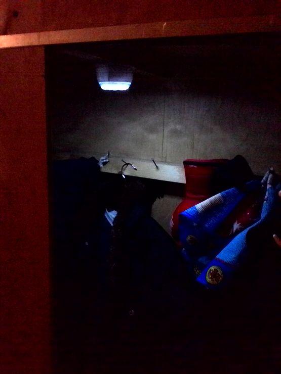 фонарик в шкафу