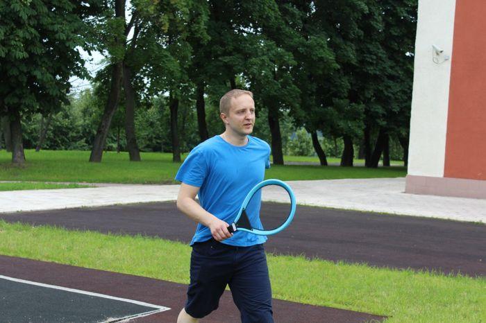 Василий Поздняков играет в большой теннис