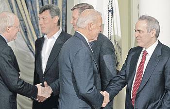 вице-президент США Джо Байден (второй справа) пожимает руку Гарри Каспарову. Слева - оппозиционеры Борис Немцов и Владимир Рыжков