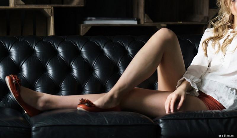 Судьба наградила ее стройными ногами, поэтому она была благодарна судьбе...