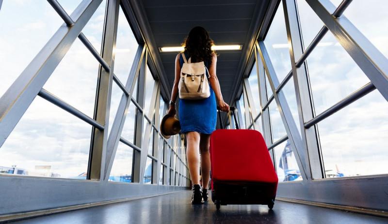 Фото: Девушка с чемоданом