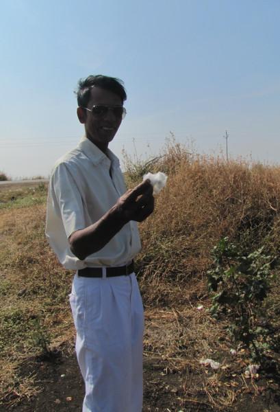 Мистер Сурья с кусочком хлопка в руках