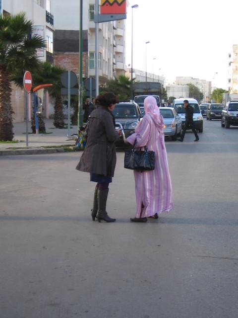 Это Рабат, утро, женщины идут на работу.