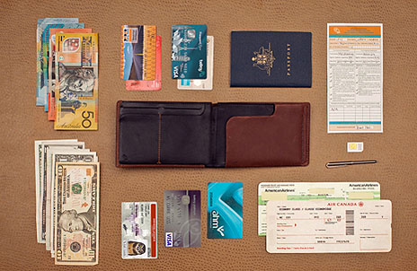 c1365e105792 Это кошелек по размерам чуть больше паспорта, имеющий достаточное  количество слотов для карт и всего, что необходимо в поездке и ...