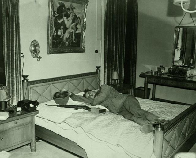 солдат отдыхает на кровати