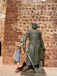 У стен замка - памятник Афонсу III, выгнавшему последних мавров из Силвеша