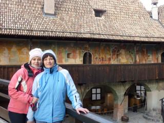Вольта с мамой на фоне фресок