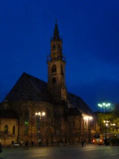 Больцано - центральная площадь ночью