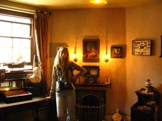 Ватсон у себя в комнате (обратите внимание на картинку над камином!:))
