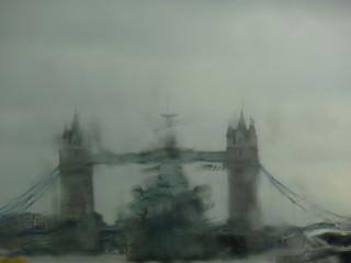 Крейсер Аврора... то есть, простите, Белфаст и Тауэрский мост за пеленой дождя