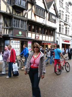 Оживленная Кормаркет-стрит в Оксфорде