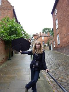 Поющие под дождем, взбираясь по улице Крутой Холм