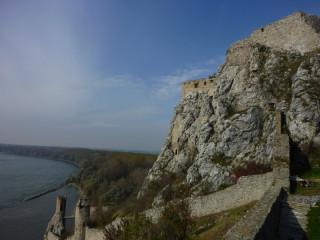 Основная часть замка и самая крайняя слева башенка - та самая Девичья