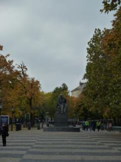 Начало бульвара Гвездослава с памятником оному