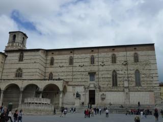 Собор Сан-Лоренцо и его наиболее достроенный фасад:)