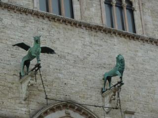 Грифон и лев
