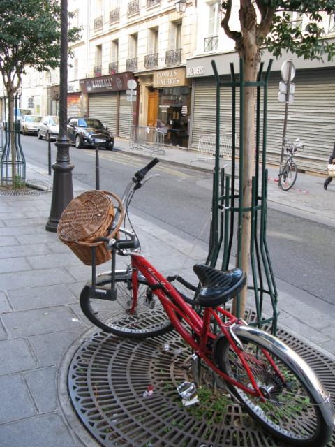 Просто велосипед на улочке