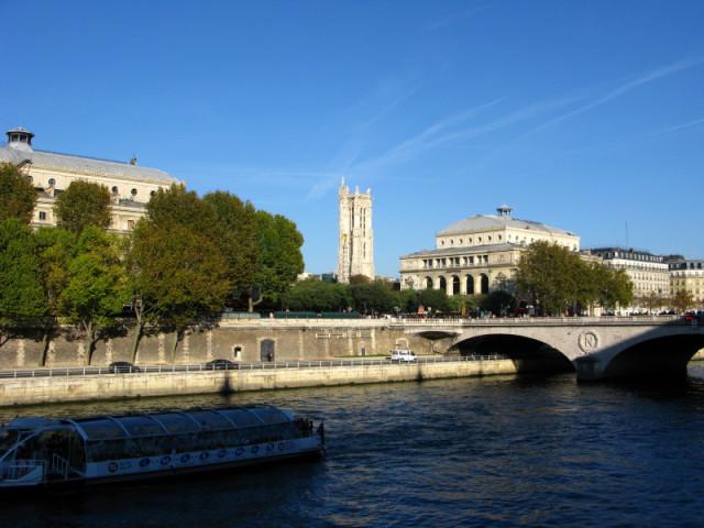 Вид на башню Сен-Жак и театр Шатле