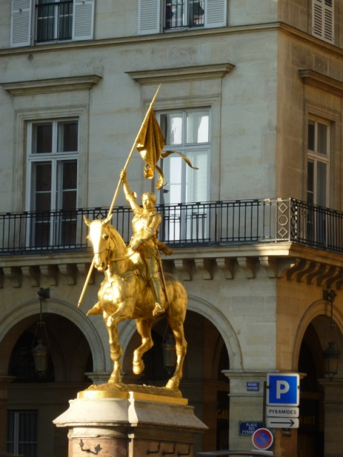 Памятник Жанне д'Арк на улице Риволи