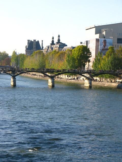Мост Искусств и Лувр с портретом Джорджа Клуни:)