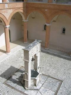 Внутренний двор крепости - это колодец, а вовсе не гильотина :)