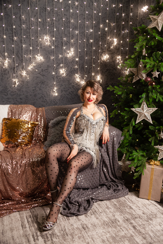 Актриса бурлеска в новогодней фотосессии