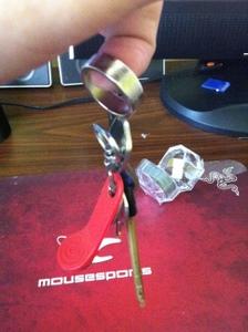 держит небольшую связку ключей